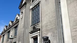 Universitetet kan hjælpe samfundet med at sortere i alverdens information på nettet og sætte viden i kontekst, skriver KU's rektor. På billedet ses Københavns Universitets juridiske fakultet.