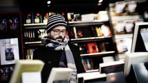 Mens de mindre forlag agiterer for karensperiode og faste priser, vil de store forlag, som selv driver e-boghandler, have frie priser på nye bøger. De når aldrig til enighed, og det kan få store konsekvenser, siger ekspert