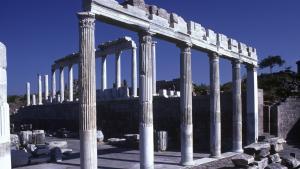 Det romerske Trajan-tempel fra 120 f. Kr. i Pergamon, som er et af Tyrkiets store oldtidsattraktioner efter Efesus. Indtil tyske arkæologer i 1860'erne begyndte at redde storslåede oldtidsfund ud og til Europa – f.eks. byens alter som i dag står i Berlin – var det en ruinhob, hvor de lokale smed marmorrelieffer ind i kalkovne og derved ødelagde dem.