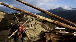 Bhutan har tidligere fremlagt et forslag om en ny global verdensøkonomi i balance med naturen. Nu planlægger landets regering, at omlægge hele landbrugsbrugsproduktionen til økologisk drift. På billedet slæber beboerer fra landsbyen Chunphel brænde hjem
