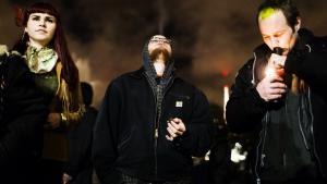 Den 6. december 2012 blev det i Washington gjort lovligt at være i besiddelse af op til 28 gram hash for alle personer over 21 år. På billedet ses borgere i Washington fejre legaliseringen.