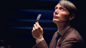 Han holder virkelig meget af de mennesker, han manipulerer, fortæller Mads Mikkelsen om sin rolle, psykiateren og kannibalen Hannibal Lecter. Og de mennesker han ikke bryder sig om, tøver han ikke med at sende lige lukt i Helvede. Mens han nyder dem til et godt glas Chianti. Foto: SBSMedia