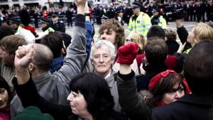 Titusindvis af mennesker i forskellige sindsstemninger havde i går taget opstilling i Londons gader for at tage afsked med Margaret Thatcher.      Fotos: Anders Birger