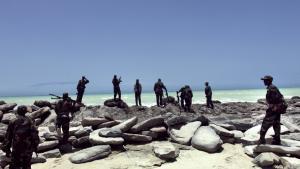 Somaliske pirater bruger nu deres maritime erfaring som vagter på illegale udenlandske fiskefartøjer i det somaliske farvand. Her ses en gruppe pirater ved Hobyo, der har været et af piraternes tilholdssteder.