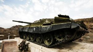 Monumentet med kampvognen uden for Stepanakert, hovedstaden i den armenske enklave Nagorno-Karabakh, fungerer som en påmindelse om den territoriale konflikt, der på 25. år udspiller sig mellem Armenien og Aserbajdsjan, som begge gør krav på Nagorno-Karabakh.