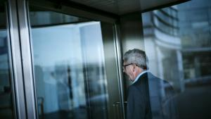 Enhedslisten og Dansk Folkeparti vil have Holger K. Nielsen (SF) til at svare på, hvorfor dennes tidligere spindoktor, Thomas Brahm, får en fratrædelsesgodtgørelse, når han selv valgte at fratræde sin stilling.