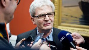 Skatteminister Holger K. Nielsen afviste på et samråd i går, at der noget problematisk i, at hans tidligere spindoktor fik et gyldent håndtryk på trods af, at han fratrådte efter 'fælles ønske'.