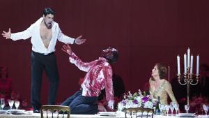 Macbeth (den karismatiske Dario Solari, t.v.), Lady Macbeth synges af Anne Margrete Dahl (t.h.). I midten Banquo, hvis rolle deles af Arutjo Kotchinian og Henning von Schulman.