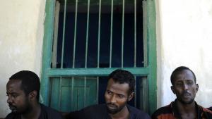 Flertallet af Somalias pirater er ikke piratbosser. De er fodfolk. Fattige fiskere, der ikke har haft andre valg end at lade sig hverve til pirateri. Og mens deres arbejdsgivere trækker pengene ud og vasker hænder, bliver de efterladt uden arbejde og uden mulighed for at forsørge deres familier. De skal starte forfra. Foto: Tony Karumba