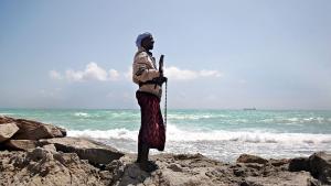Sikkerhedsvagternes tilstedeværelse har militariseret skibstrafikken og ændret magtforholdet mellem rederier og pirater. Men det betyder ikke, at lovløsheden er forsvundet fra Adenbugten. Tværtimod har brugen af private vagter åbnet for nye problemstillinger i forhold til våbenhåndtering og lovgivning, mener eksperter. Foto: Mohammed Dahir