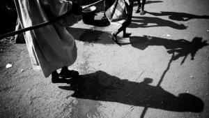 En pige hjælper en internt fordreven blind mand i Den Centralafrikanske Republiks hovedstad, Bangui. Over 700.000 er drevet på flugt, og i nabolandene er man bange for, at problemerne skal brede sig i en region, hvor grænserne hovedsageligt er symbolske. Foto: Matthieu Alexandre