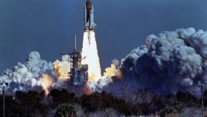 Rumfærgen Challenger på vej på sin 10. mission, 1986. 73 sekunder efter opsendelse eksploderede den. Katastrofen er en af syv i ny bog.