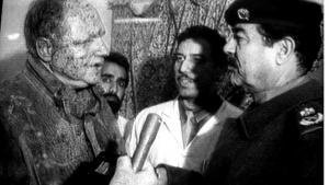 En såret tysk journalist interviewer Iraks diktator, Saddam Hussein, efter et missilangreb