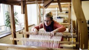 Tina Wibe er 44 og arbejder i væveriet hos Blindes Arbejde, der har hovedsæde på Tomsgårdsvej i København.