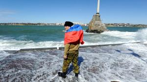 I søndags skal 95 pct. af vælgerne have stemt ja til Krimhalvøens optagelse i Rusland. Da Kosovo-albanerne afholdte en lignende afstemning i 1991 kort efter opløsningen af Jugoslavien, stemte næsten den samme andel – 99 pct. – for løsrivelse fra Serbien