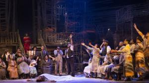 Det var som én fysisk enhed med Porgy and Bess' indtog af Operaen, når hele sangerholdet med stemme og krop gang på gang udgjorde et nyt stærkt tableau i den sparsomme, men fine krykkeagtige scenografi.
