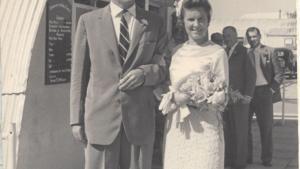Bryllup. En ikke planlagt graviditet fremskyndede brylluppet mellem Ellen og Paul Bossano Prescott. De blev gift i 1958 på Cypern, hvor han var udstationeret. Privatfoto
