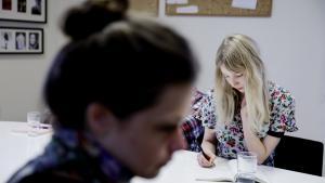 Liv Nimand Duvå (forrest) har valgt at bruge et år på Skrivekunstakademiet i Bergen. Hun overvejer at oversætte nyere norsk lyrik til dansk, fordi 'der er meget af det nye vigtige, der ikke når over vandet'. I baggrunden sidder Benedicte Thurah Huang, der også er en studerende fra Danmark.