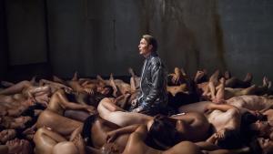 'Hannibal' fremviser mennesket som det kød, det grundlæggende er, på et materielt og filosofisk plan, og dette på en så kitschet bogstavelig måde, at det går hen og bliver rigtig interessant underholdning.