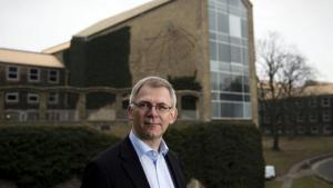 Problemerne på Aarhus Universitet skal løses med hjælp fra de ansatte, og en ny dekan for Arts skal kunne inddrage medarbejdere, siger rektor Brian Bech Nielsen, der er bevidst om, at der er grænser for, hvad universitetet kan holde til