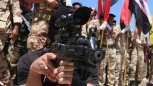 En irakisk shiitisk frivillig, som har sluttet sig til den irakiske hærs styrker for at bekæmpe de ekstremistiske sunnikrigere fra Islamisk Stat deltager her i træningsøvelser. FN mener, at over 200.000 irakere er flygtet fra IS' fremmarch i landet.