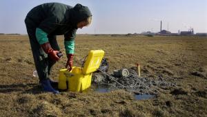En laborant er i gang med at måle giftudslip i området mellem Cheminovas Harboøre-fabrik og Høfde 42. Giften siver stadig. Arkiv