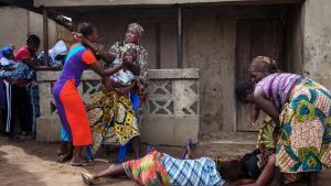 En kvinde besvimer og en anden reagerer voldsomt, mens en kvinde, der er død af ebola, transporteres fra et hus i nærheden af Freetown, Sierra Leone. Virus fra Afrika er en kollektiv angst. En gammel racistisk angst.