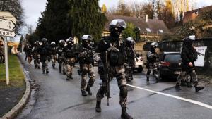 Dramaet om terrorangrebet mod Charlie Hebdo sluttede foreløbigt i går, da begge attentatmænd blev dræbt. Men det får nu danske politikere til at sige, at PET skal have de ressourcer, de har behov for. Eksperter mener dog ikke, at der nødvendigvis er behov for hverken flere penge eller beføjelser.