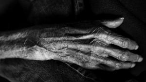 Den nyeste sorgforskning gør op med en lang række forestillinger om den rigtige måde at sørge på, når vi mister eksempelvis en livsledsager. Sorg handler ikke om at komme over og igennem. I stedet svinger vi mere som et pendul ind og ud af smerten. Somme tider resten af livet