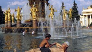 Det Alrussiske Udstillingscenter i Moskva er en fascinerende tidslomme med omkring hundrede pavilloner i kommunistisk stil. Symptomatisk for den stigende russiske selvbevidsthed har bystyret netop renoveret det 75 år gamle område, der – stadig – er ideel til propagandaformål