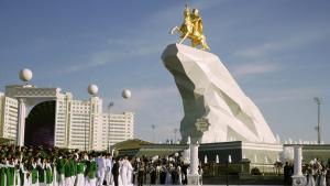 Berdimukhamedov har travlt med at skabe sin egen personkult, hidtil mest med gigantiske billeder af sig selv på og i offentlige bygninger, men sidst i maj kom det første monument for Berdimukhamedov til. Det ses her,  er seks meter højt og er belagt med 24 karat guld.
