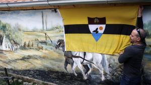 Aktivister viser flaget frem for det nye land, Liberland, mellem Serbien og Kroatien. Indtil videre bliver de dog jaget væk af kroatiske myndigheder.