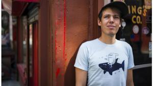 På den amerikanske musiker og tegneserieforfatter Jeffrey Lewis' nye album 'Manhattan' slentrer han rundt i barndommens gade og bruger den som udgangspunkt for en sprudlende og nærmest naivistisk storbyeventyrlig 'hjem ud hjem'-fortælling