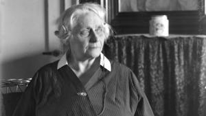 Hans Otto Jørgensen sætter Marie Bregendahl (1867-1940) ind i ny sammenhæng ved at pege på, hvordan hun tilsidesætter genrekategorier.
