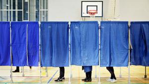 Enten stemmer man med eliten, eller også stemmer man med folket. Begge dele har sin særlige charme, så det er ikke noget nemt valg