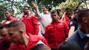 Præsident Nicolás Maduro (i hvid skjorte) har lovet sine tilhængere, at han ikke vil lade oppositionen overtage kontrollen med parlamentet.