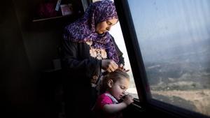 En kvinde fra Homs og hendes barn i et herberg i den libanesiske by Baassoun. Det er ikke kun flygtningenes situation, der ændrer sig af flugten. Det gør de også selv.