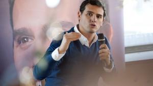 Ciudadanos-lederen Albert Rivera har lovet at gå til kamp mod korruptionen og har sagt, 'at han kun kan lægge stemmer til en regering, der har rene hænder'.