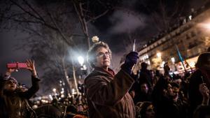 Efter to mænds massakre på Charlie Hebdos redaktion den 7. januar 2015, som dræbte 12 personer, blandt andre fem af bladets tegnere og to politifolk, gik franskmænd på gaderne med løftede penne og blyanter som symbol på, at man bør fortsætte med at tegne satire.