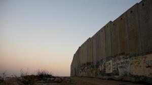 Tæt på to tredjedele af Vestbredden er under fuld israelsk kontrol. Det er her, bosættelserne ligger og fortsat udvides. I disse områder har palæstinenserne ikke mulighed for eksempelvis at dyrke jorden, udnytte områdets naturressourcer eller bygge deres egne industriområder