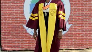 Jayne Eghonghon Williams-Eriata har på billedet her netop fået sin kandidatgrad i jura fra Lagos Universitet. Hun synes undervisningsniveauet har været højt, bl.a. fordi underviserne stadig arbejder som jurister, når de ikke underviser.