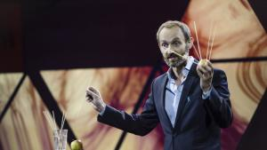 Vinder af Ph.d. Cup 2016 Lars Boesen har undersøgt en ny og mere effektiv måde at undersøge prostatakræft. Her demonstrerer han ved kåringsshowet sin metode ved hjælp af et æble og grillspyd.