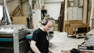 Bolette Rose Jørgensen, som læser til møbelsnedker, har gennem sine tre år på uddannelsen foreløbig været hos fem forskellige virksomheder på endnu flere korte kontrakter af en uges til et halvt års varighed.