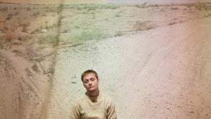 Ifølge Peter Voss-Knude er det nødvendigt, at civile og soldater bruger kræfter på at forsøge at forstå hinanden, hvis vi skal kunne kommunikere meningsfuldt om det at være i krig. Her er kunstneren fotograferet i en udstilling på Tøjhusmuseet, hvor der fredag er release på albummet 'Peter & The Danish Defence'.