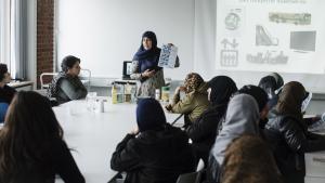 Hver uge underviser Kausar Qureshi om sundhed for etniske minoriteter. De fremmødte er fortrinsvis kvinder, der lærer om, hvordan de kan forbedre deres kost og dyrke mere motion.