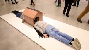 Efter den første overvindelse og morskab, kan det godt gå hen og blive en pinlig affære på et kunstmuseum at ligge med hovedet inde i et hundehus sammen med en anden, mens de øvrige museumsgæster forventningsfuldt kigger på.