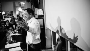Guy Standing, der her holder foredrag om borgerløn i kantinen på Dagbladet Information, tropper i dag op til Folkemødet på Bornholm.