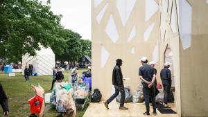 Roskildes skraldemænd, flaskesamlerne, kommer fra hele verden for at tjene penge på pantemballage. Kunstgruppen Superflex har skabt dette telt med mad, frugt og hvileområde med sofaer udelukkende til dem.