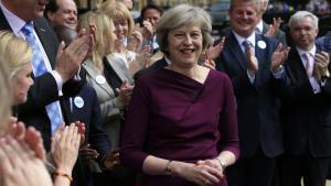 Den britiske indenrigsminister, Theresa May, blev modtaget med klapsalver uden for Parlamentet efter afstemningen, der sikrede hende en af de to pladser i opløbet om at blive Storbritanniens næste premierminister.
