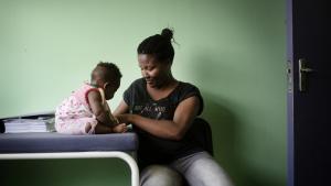 Betty Dobe er ligesom ti procent af den sydafrikanske befolkning hiv-smittet. Hendes seks måneder gamle Nomasonto bliver undersøgt af en af de medicinstuderende på hiv-forskningscentret på universitetshospitalet i Soweto. Datteren er ikke smittet med hiv, men går til kontrol på hospitalet, fordi hendes mor er bærer af sygdommen.